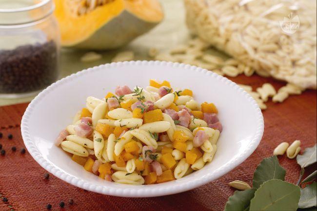 I cavatelli con pancetta e zucca sono un primo piatto saporito che combina insieme il gusto dolce e delicato della zucca con cubetti di pancetta dolce