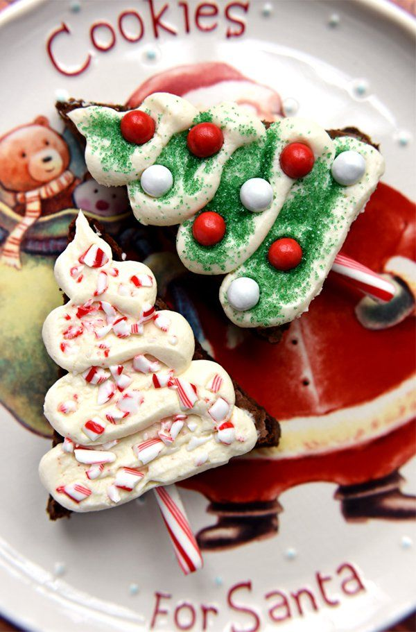 Really cute and yummy looking Christmas cake. This design is simply adorable because of how creative the mini cakes look like. They are designed as Christmas trees and their stand is made up of candy canes.