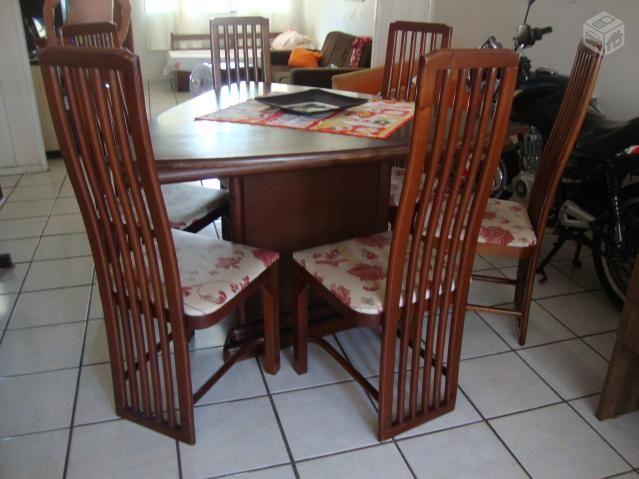Mesa de jantar com 6 cadeiras de madeira mogno - R$350