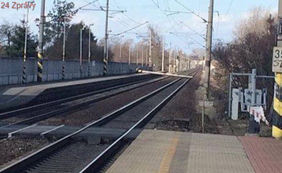 Na trati Praha-Kolín spadl sloup. Vlaky se zpožďují, jezdí se po jedné koleji