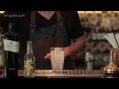 Η διαδικασία παρασκευής ενός gin and tonic δεν είναι πάντα μια απλή υπόθεση. Ο ιδιοκτήτης του Gin joint Δημήτρης Κιάκος μας δείχνει τον τρόπο για να φτιάξουμε ένα απολαυστικό gin and tonic.