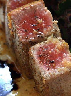 THON ROUGE GRILLÉ À LA PLANCHA. Lavez et essuyez bien les tranches de thon.  Dans un plat, préparez la marinade en mélangeant l'huile d'olive, le jus de citron, les gousses d'ail pelées et hachées. Assaisonnez à votre convenance.  http://www.verycook.com/blog/plat-plancha/thon-rouge-grille