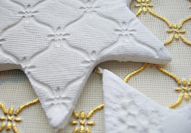 Det selvhærdende papirler fra Panduro Hobby som jeg har brugt, er oprindeligt til at forme dukkehoveder, ben og arme, af, og er derfor meget let, når det tørrer op