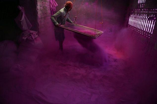 Un travailleur indien tamise de la poudre colorée, mieux connue sous le nom de « gulal », dont les participants au festival d'Holi se saupoudreront bientôt le visage. Holi est la populaire fête des couleurs célébrée par les hindous dès la fin de l'hiver, au moment de la dernière pleine lune du mois lunaire. Cette année, ce sera le 16 mars. AFP PHOTO /Diptendu DUTTA