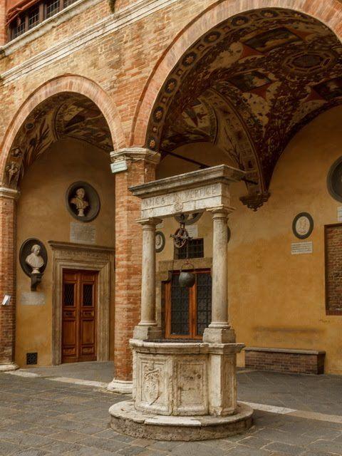 На Виа ди Читта находится старинное аристократическое палаццо Киджи-Сарачини. Сейчас там музыкальная академия. Внутри здание можно осмотреть, только записавшись на экскурсию, а для остальных открыт внутренний дворик.