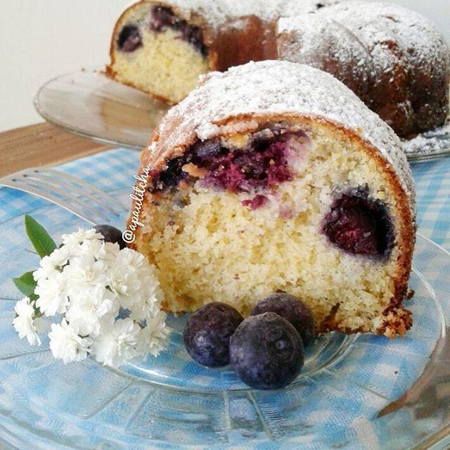 BOLO DE MIRTILOS COM IOGURTE E UM TOQUE DE LIMÃO 😋🍰🍋🍇💕 #semlactose #semgluten . Que tal um bolo fofinho e perfumado para o café da tarde ??? Receita: 🍇 150 gr de mirtilos (blueberry) pode ser congelado. 🍇 1 (200 gr) iogurte grego ou outro de sua preferência. 🍇 4 colheres de manteiga ghee em temperatura ambiente. 🍇 4 ovos. 🍇 1 xícara de açúcar demerara. 🍇 1 xícara de farinha de arroz. 🍇 1/2 xícara de fécula de batata. 🍇 1/2 xícara de farinha de amêndoas. 🍇 2 colheres de linhaça…