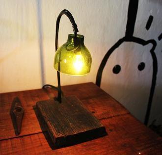Sencilla lámpara, hecha con un poco de madera y una botella de vidrio http://rekodesign.com.mx/lampara2