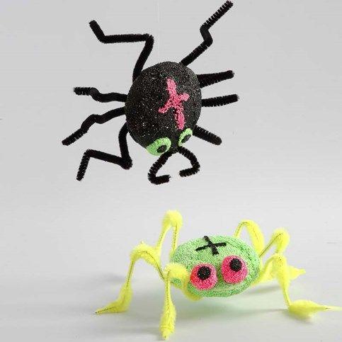Der Körper der Spinne ist ein rundes UFO aus Styropor, bedeckt mit Foam Clay. Die Beine sind aus Chenilledraht, die ohne Kleber angedrückt w...
