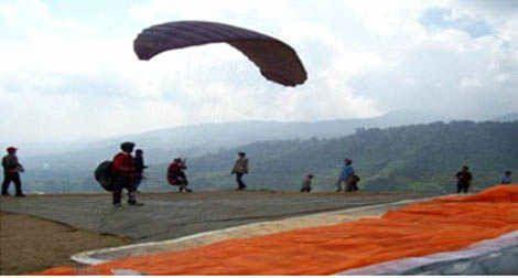Paralayang(paragliding) adalah olahraga terbang bebas dengan menggunakan sayap kain (parasut) yang lepas landas dengan kaki untuk tujuan rekreasi atau kompetisi.Pilot duduk di suatu sabuk (harness)