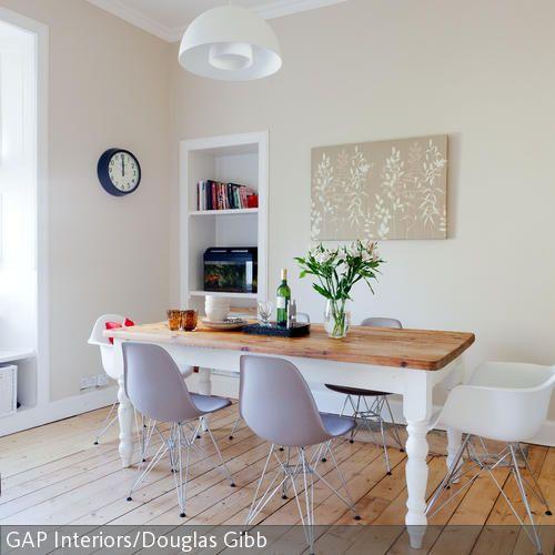 """Die Stuhl-Klassiker """"Eames Chair"""" von Vitra verleihen dem weiß angestrichenen Massivholztisch einen modernen Design-Stich. Das Esszimmer mit hellen Dielen  …"""