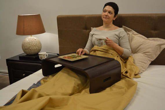 ¡Es tan cómodo trabajar también sentado en el sofá! ¡O ver tus vídeos favoritos en la cama! Escritorio del ordenador portátil móvil es, que no necesita mantener o poner en su regazo, que está de pie independientemente. Y también el portátil se enfría todo el tiempo. Se puede utilizar en el sofá, en la cama, sentado en la silla de jardín o donde quieres portátil cómodo uso. Suficiente espacio para ordenador portátil, ratón y lápiz. Tiene un borde alrededor, por lo que no se caerá cuando se…