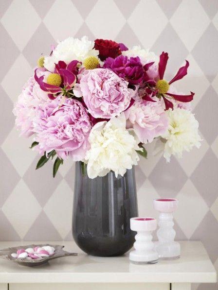 Pfingstrosen gehören zu unseren absoluten Lieblingsblumen. Wir haben die prächtigen Blüten vier mal anders interpretiert. Lassen Sie sich inspirieren.