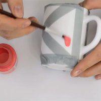Peindre une tasse en céramique de manière géométrique - Marie Claire Idées