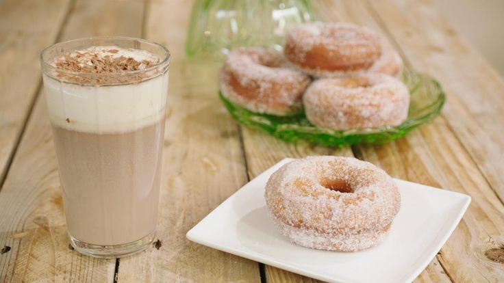 Warme chocolademelk met slagroom en een zelfgebakken doughnut: een lekkere traktatie voor een woensdagnamiddag.