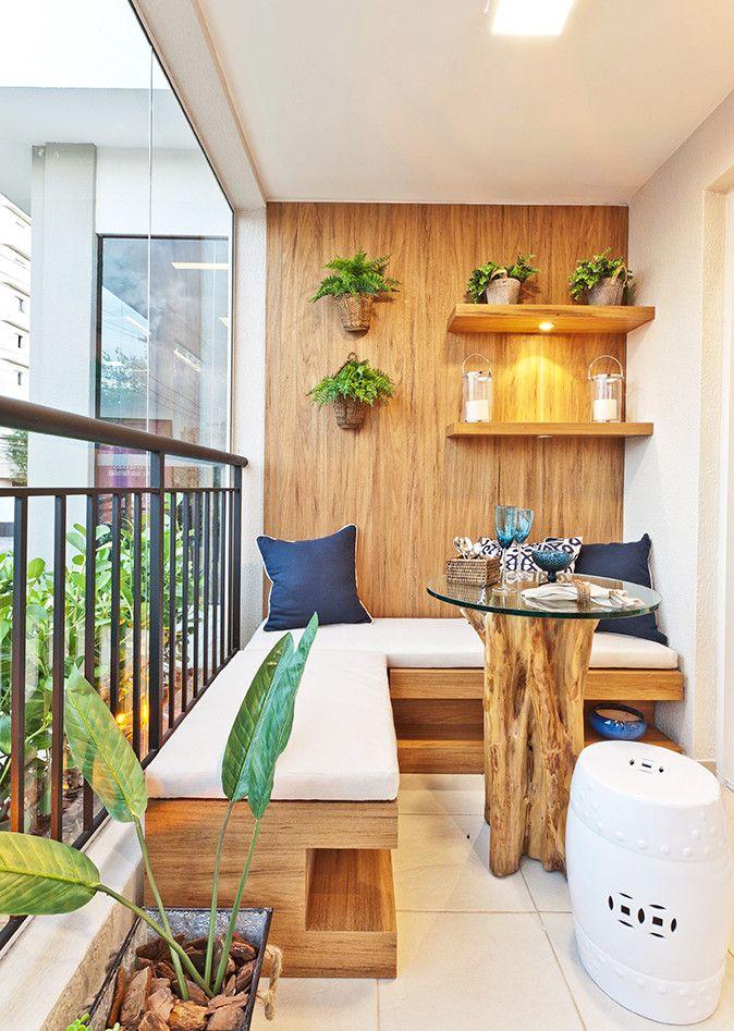 Der Balkon - unser kleines Wohnzimmer im Sommer mit ecksitzbank und holzwandverkleidung
