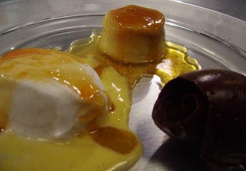 Mousse al cioccolato, creme caramel e isola galleggiante. http://www.alice.tv/antipasti/mousse-al-cioccolato-ricetta