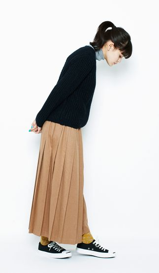 This look is characterized by its tall silhouette. It creates a beautiful A-line, from the turtleneck to the skirt to give you a stylish ladylike look.Acrylic and Wool Ribbed Button Pullover¥6,900+tax / No417271100 Wool Relaxed-Fit Turtleneck¥5,600+tax / No412289Pleated EZ/ Skirt¥6,900+tax / No419573Slab Socks¥950+tax / No400388Sneakers(JACK PURCELL)¥5,900+tax / No415945