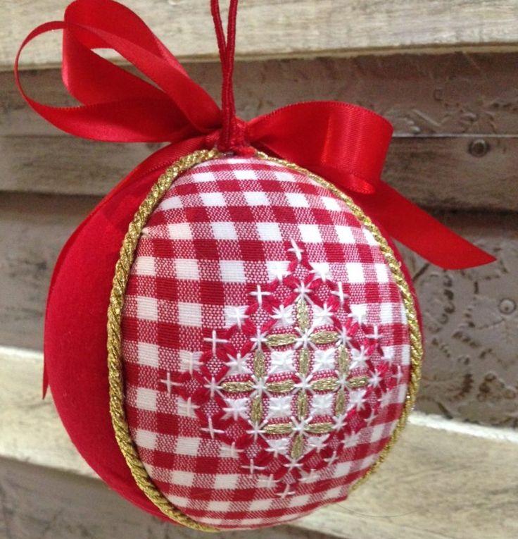 impariamo questa tecnica di ricamo e realizziamo una bellissima palla di Natale per il nostro albero. Il Broderie Suisse è una tecnica di ricamo svizzero molto facile ma dal grande impatto, allegro e particolarmente natalizio! #broderiesuisse #corsi #milano