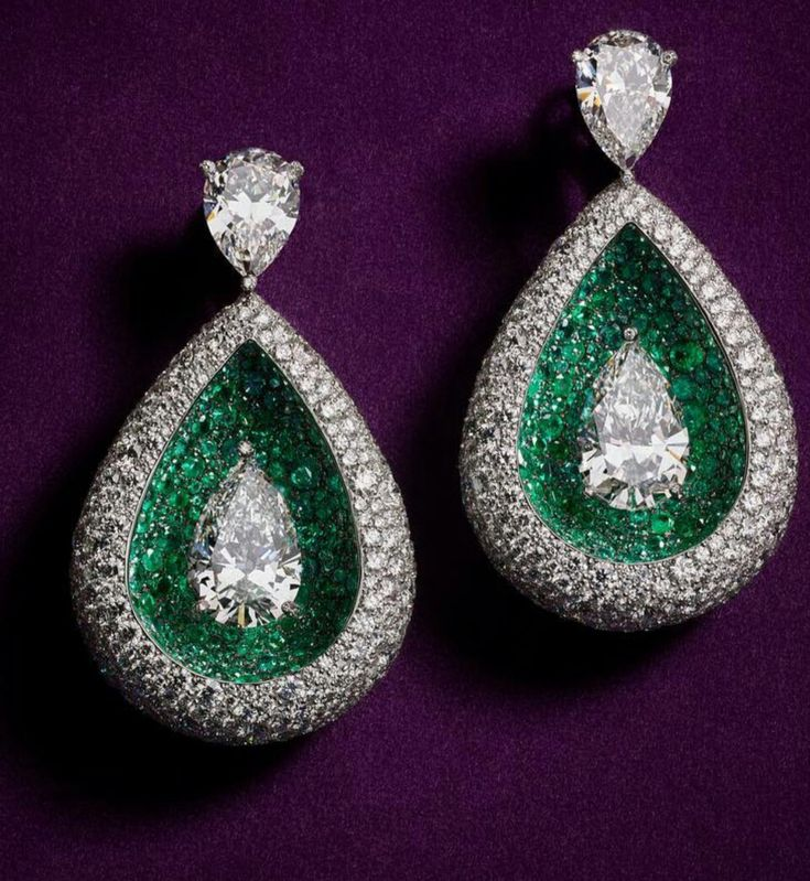 With a reinvented approach to the classical drop, these high jewellery earrings are sure to turn heads for a chance to catch a second glimpse of the unusually set diamond centrepieces in midst of an emerald ocean. #deGRISGOGONO #DaringCreativity #Assouline #FineJewelry