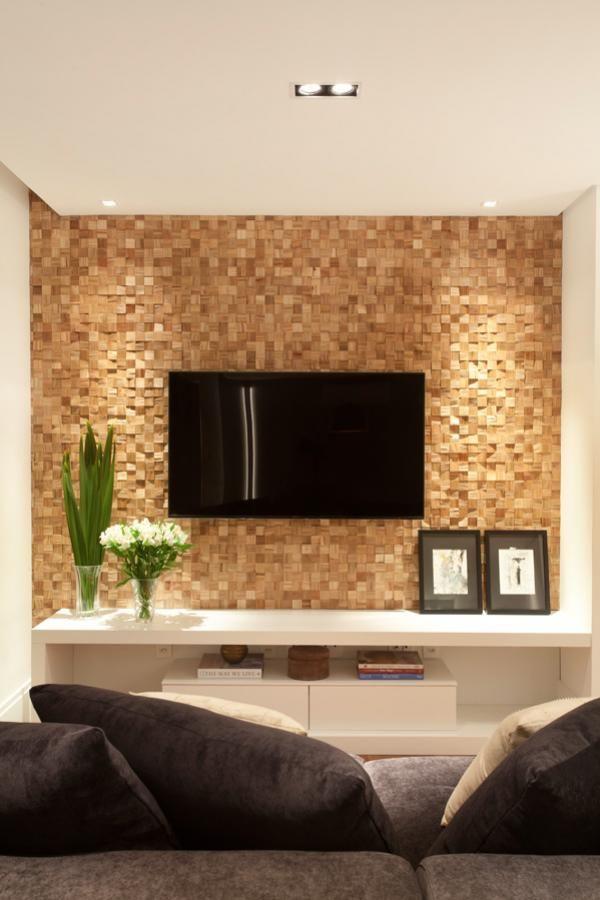 Painel de marcenaria em mosaico de madeira amêndola é o centro das atenções desta sala de TV. Decoração contemporânea e aconchegante. Projeto de reforma e design de interiores para apartamento na Pompeia, São Paulo.
