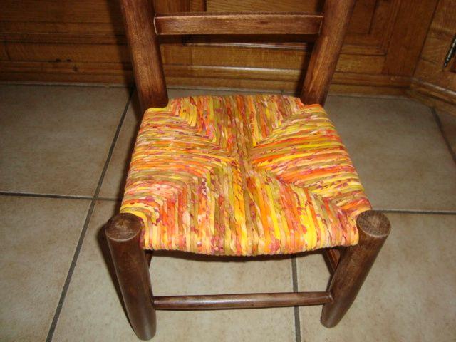 Technique du rempaillage avec des bandes de tissu je for Rempaillage de chaises