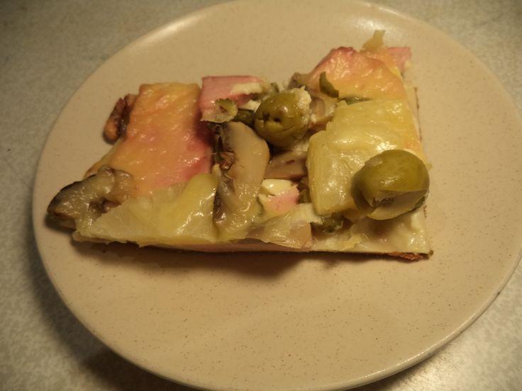 Пицца - хорошая еда.  И сытная, т.к. содержит необходимые компоненты, и вкусная.