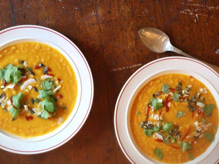 Den här soppan! Den här länge varit en favorit på bloggen och häromdagen lagade jag den själv. Inte så många ingredienser, men väldigt väldigt god. Basen är morötter, sötpotatis och röda linser. Rö…