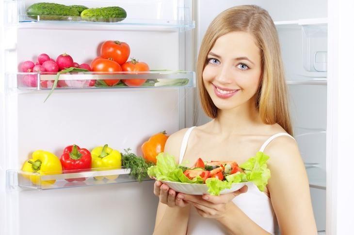 Только здоровая пища на полках домашнего холодильника