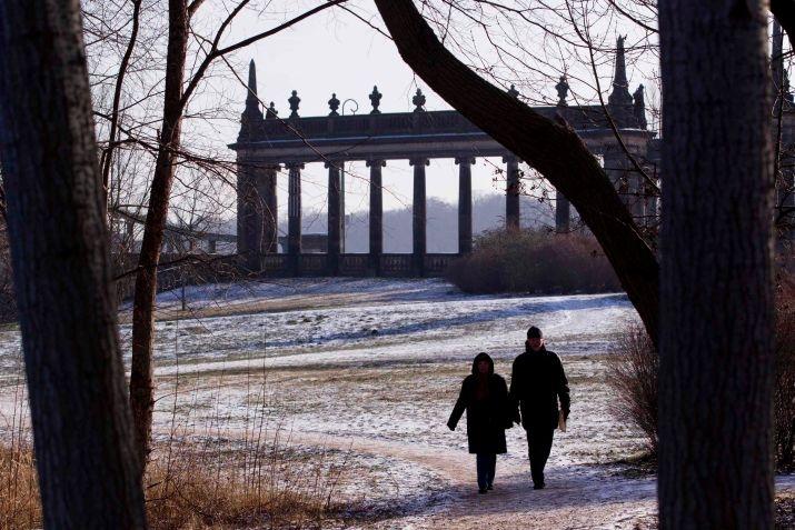 Berlin, winter 2012 : Auch in Potsdam, hier an der Glienicker Brücke, fiel der erste Schnee in diesem Winter.