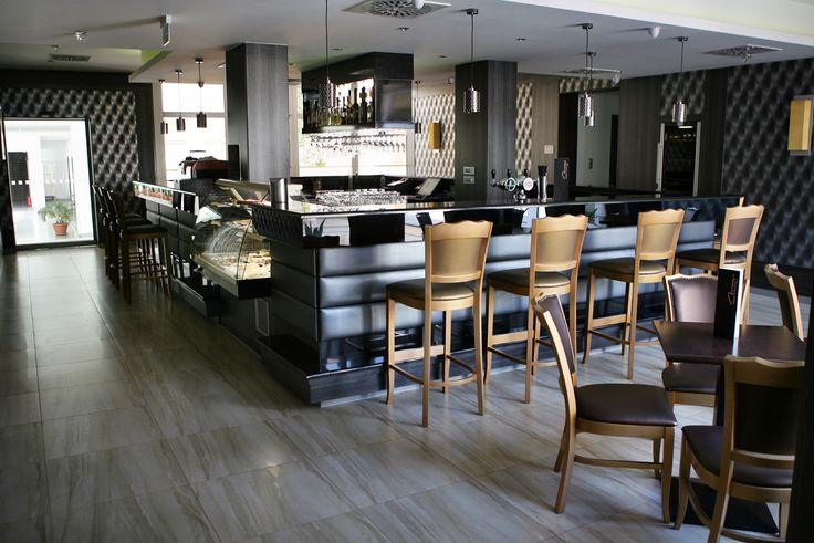 Hotel Délibáb**** Hajdúszoboszló MIRAGE KÁVÉZÓ Tökéletes helyszín egy tökéletes kávé és sütemény elfogyasztására. A kávézó a szálloda központi helyén található. A Piazza d'Oro Forza testes, jól kiegyensúlyozott ízének köszönhetően igazi kulináris élvezetet nyújt a kávészerető vendégeinknek. A saját cukrászatunkban elkészített desszertjeinkkel az összes érzékszervet szeretnénk kényeztetni. www.hoteldelibab.hu/ #Hajduszoboszlo #wellness #hotel #gyogyszalloda #hungary