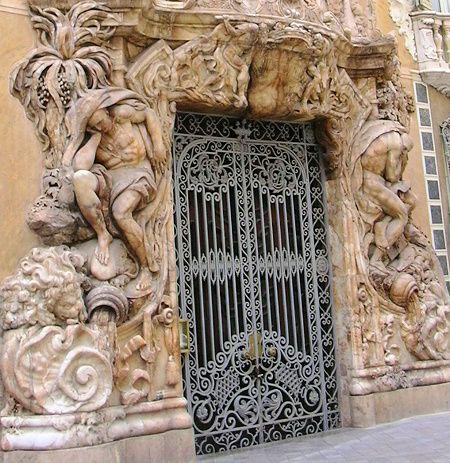 Вход во Дворец Маркизов Дос Агуас в Валенсии