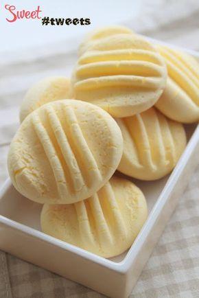 воздушное кукурузное печенье Ингредиенты: 175 гр. кукурузной муки 100 гр. сгущенного молока 65 гр. сливочного масла, размягченного 1 столовая ложка сахара 1 яичный желток, комнатной температуры
