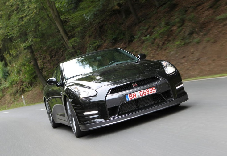 2012-Nissan-GTR