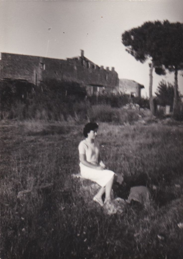 Maria nei pressi del castello di Ostia Antica (anni '50)
