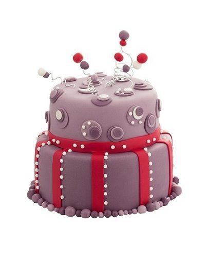 Dětský dort č. 23 Dvoupatrový dětský dort, o rozměrech 24 cm a 18 cm, obalený fialovým fondánem a dozdobený anténkami.