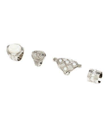 Ringen van bewerkt metaal in verschillende uitvoeringen en afmetingen. Drie ringen zijn versierd met facetgeslepen kunststof stenen. De ringen kunnen aan de boven- en aan de onderkant van de vinger gedragen worden.