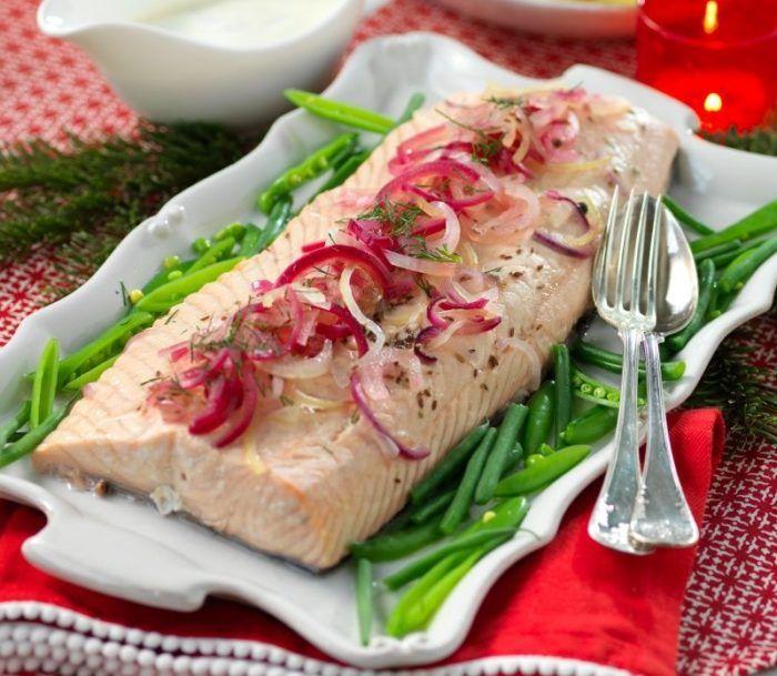Inkokt lax är en klassiker som är lätt att förbereda och festlig att bjuda på. Servera med kokt eller pressad potatis och romsås.