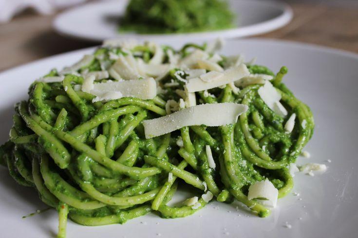 Speltpasta met avocado, spinazie en basilicum saus