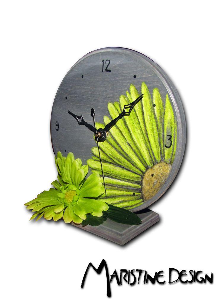Horloge de bureau en bois fait à la main Design unique fait au crayons et teinture a bois. Mécanisme fonctionnant avec 1 batterie AA Handmade wood desk clock Unique design made with Pencils , Acrylic and varnish. Mecanism works with standard AA battery