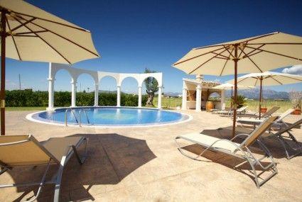 Mooie villa met meubilair van hoogwaardige kwaliteit. Een schitterend groot rond zwembad met mooi uitzicht.