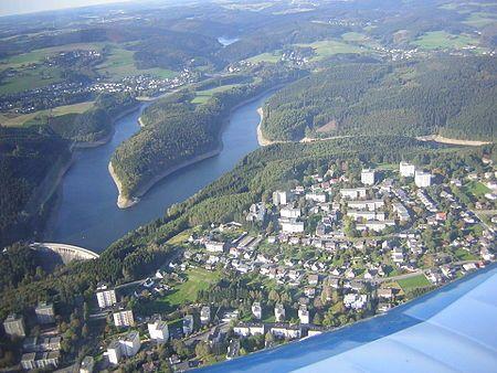 Blick auf die Aggertalsperre, im Vordergrund Hackenberg (Bergneustadt), im Hintergrund Lantenbach (Gummersbach)