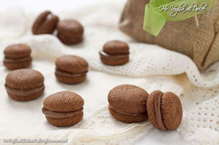 Baci di dama al cioccolato una gustosa variante ai classici baci di dama che adoro. Veloci da preparare, ideali come coccola dolce, un'idea davvero carina da regalare