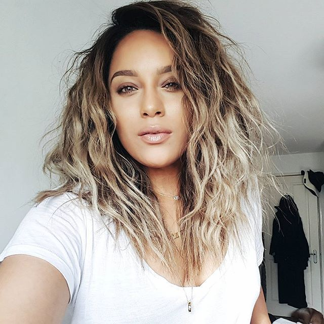Sleep with your @hair in 2 tight braids, to achieve these messy waves