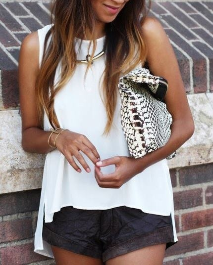 La combinación blanco negro nunca falla.. Blusa suelta con sisa americana y shorts.. Me encantaaaa