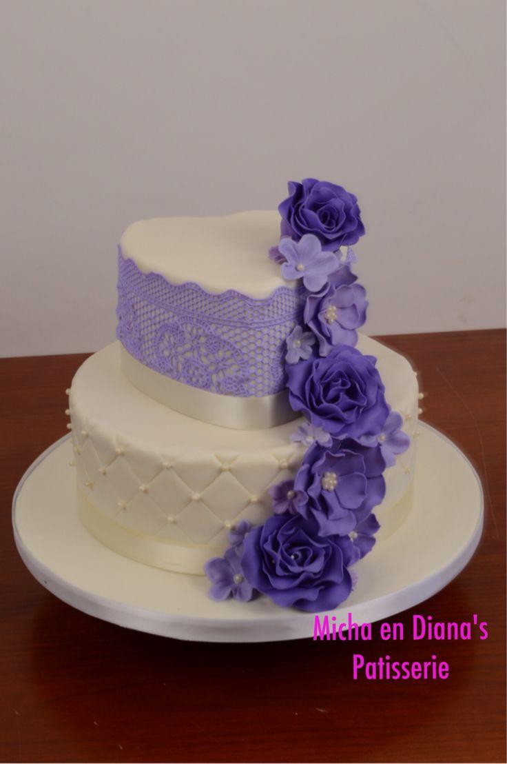 Bruidstaart met lila sugar lace.