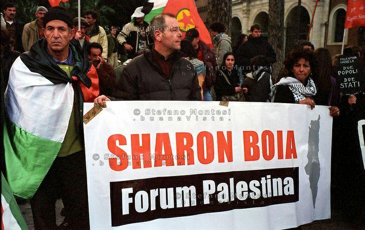 Roma  Piazza San Mraco.Manifestazione per la Palestina .Manifestanti con uno striscione  dove è scritto:Sharon Boia..Rome,Piazza San Marco.D...