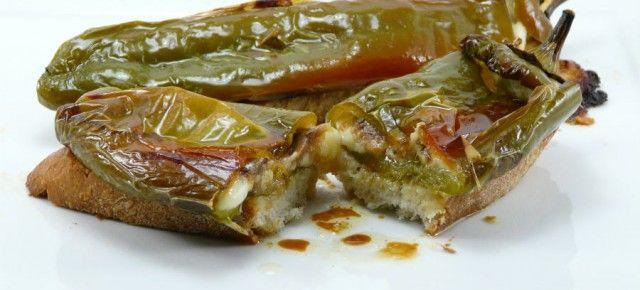 Pimientos rellenos de queso y anchoa.