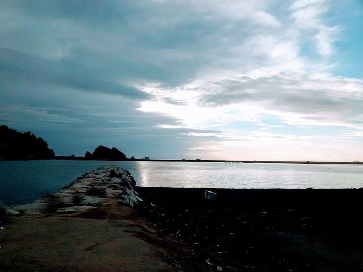 rio Maule, desembocadura . Al fondde Océano Pacífico y roquerios de Constitución Chile