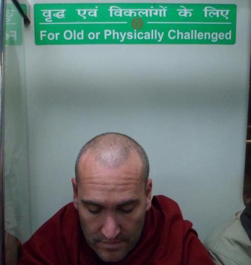 Hindi signage in Delhi Metro train (Hindi taal en zuid aziatische cultuur aan de Universiteit Leiden)