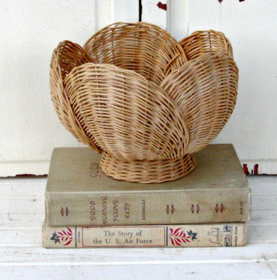 Vintage Wicker Basket Tulip от LittleVintageCottage на Etsy